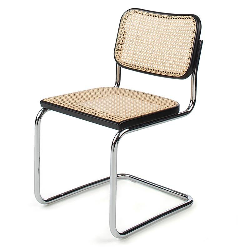 Silla en cantilever diseñada por Breuer basada en un diseño original de Mart Stam. El respaldo y el asiento están hechos de rejilla de mimbre, que recuerda a la estética de la nº14.